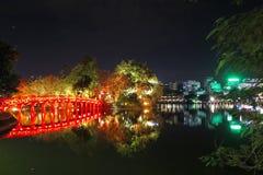 在Hoan Kiem湖,河内,越南的被照亮的红色桥梁 免版税库存照片
