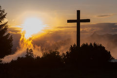 在Hochries的山顶十字架在日出期间 库存照片
