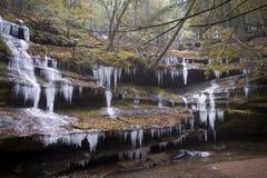 在Hocking小山的冰冷的瀑布 库存照片