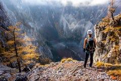 在Hoellental谷上的年轻登山人妇女身分 免版税库存图片