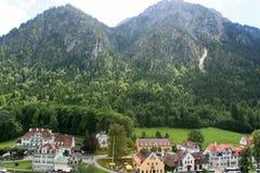 在Hohen施万高和新天鹅堡下的村庄 库存照片