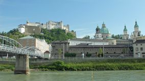 在Hohensalzburg堡垒Festungsberg的和老城市的看法从萨尔察赫河河的其他边 影视素材