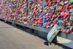 在Hohenzollern桥梁的爱锁 免版税库存图片