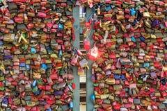 在Hohenzollern桥梁的爱锁 免版税库存照片
