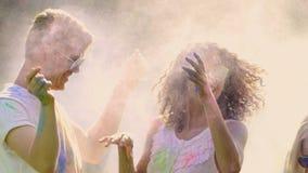 在holi盖的微笑的青年人上色投掷的油漆粉末,获得乐趣 股票视频
