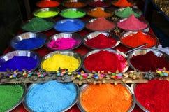 在Holi节日前的五颜六色的粉末在市场,印度上 库存图片