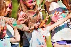 在Holi节日的颜色绘的孩子 免版税库存照片
