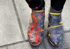 在Holi节日以后的鞋子 库存照片