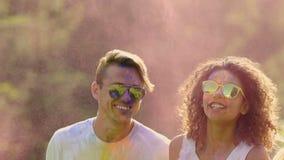 在holi颜色报道的愉快男性和女性朋友跳跃的激动的面孔 影视素材