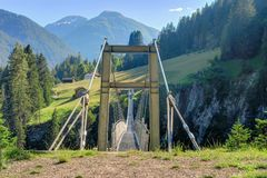 在Holzgau桥梁的奥地利` s最长的步行吊桥 库存图片