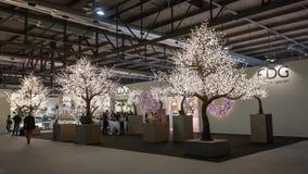 在HOMI,家国际展示的闪耀炫目树在米兰,意大利 免版税库存图片