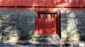 在Honden寺庙的红色门在日光,日本 免版税库存照片