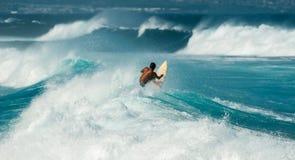 在Hookipa海滩毛伊夏威夷的大波浪 库存照片