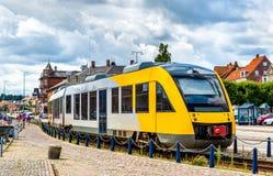 在Hornbaek线的市郊火车在赫尔新哥-丹麦 库存照片