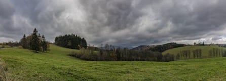 在Horni Studenky村庄附近的看法在Zabreh地区 库存图片