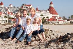 在Hotel台尔科罗纳多前面的愉快的白种人家庭 免版税库存图片