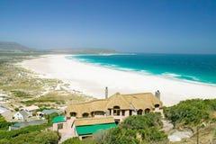 在Hout海湾,南开普敦半岛北部,在开普敦、南非、一个美好的家有大西洋看法和w外面 库存图片