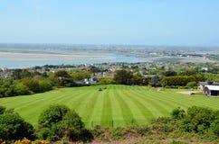 在Howth半岛的绿色高尔夫球草地在都伯林附近 免版税库存照片