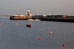 在Howth口岸的灯塔 Howth是一个钓鱼的小口岸在都柏林湾附近 图库摄影