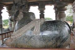 在Hoysaleswara寺庙的第7个最大的整体楠迪雕象 免版税库存图片
