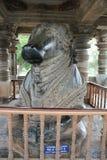 在Hoysaleswara寺庙的第7个最大的整体楠迪雕象 免版税库存照片