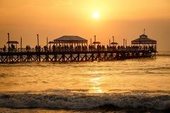 在Huanchaco镇,秘鲁码头的日落  免版税库存照片