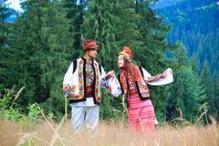 在hutsul服装的年轻夫妇 库存照片