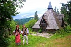 在hutsul服装的年轻夫妇 库存图片
