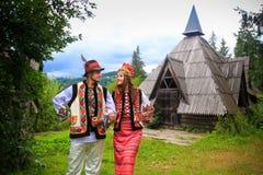 在hutsul服装的年轻夫妇 免版税库存图片