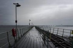 在Hythe的长的码头英国的南部的有它的木走道的和铁路线向南安普敦运送叶子从 免版税库存照片