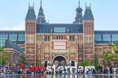 在I阿姆斯特丹标志的看法与在Rijks前面的游人 库存图片