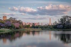 在Ibirapuera Park湖和圣保罗方尖碑-圣保罗,巴西的日落 库存图片