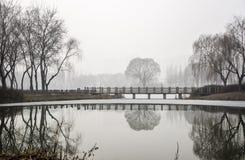 在Ice湖的一座石桥梁在雾天 免版税库存照片