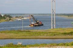 在ICW的运转的驳船 免版税库存图片