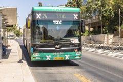 在Ierusalim大街上的现代公共汽车  免版税库存照片
