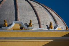 在Iglesia de la默塞德安提瓜岛圆顶的狮子雕塑  免版税库存照片