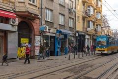 在Ignatiev伯爵街道上的走的人在市索非亚,保加利亚 免版税图库摄影