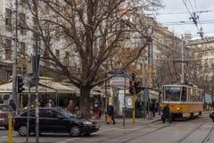 在Ignatiev伯爵街道上的走的人在市索非亚,保加利亚 免版税库存照片