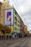 在Ignatiev伯爵街道上的走的人在市索非亚,保加利亚 库存图片