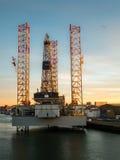 在IJmuiden港的抽油装置  免版税图库摄影