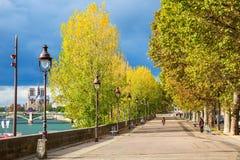 在Ile圣路易的散步在巴黎,法国 免版税库存照片