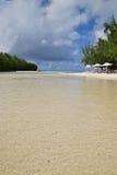 在Ile辅助Cerfs和Ilot Mangenie之间的浅海滩水区域 免版税库存图片