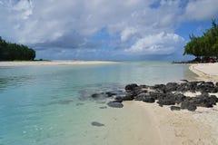在Ile辅助Cerfs和Ilot Mangenie之间的浅海滩水区域 库存照片