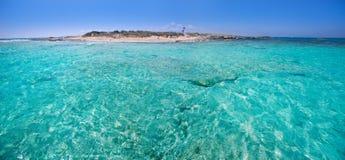在Illetes和Espalmador海岛之间的福门特拉岛渠道 免版税库存图片