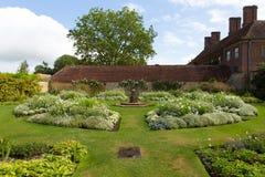 在Ilminster萨默塞特有庭院的英国英国附近的白色庭院巴林顿法院在夏天阳光下 库存照片