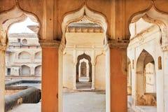 在indo伊斯兰教的样式建造的一个古老宫殿的专栏和曲拱 印度 库存图片