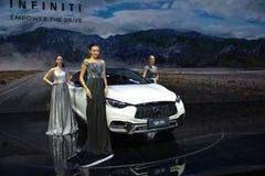 在Infiniti QX30 SUV的时装模特儿 免版税库存图片
