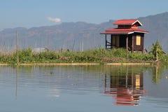 在Inle湖一个浮动庭院的小小屋  库存图片