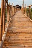在Inle湖的布朗竹桥梁 图库摄影