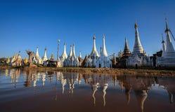 在Inle湖,缅甸附近的Stupas 免版税库存照片
